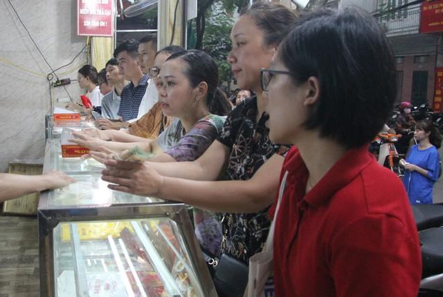 Người Hà Nội lại xếp hàng từ sáng đến đêm để... mua bánh trung thu - Ảnh 7.