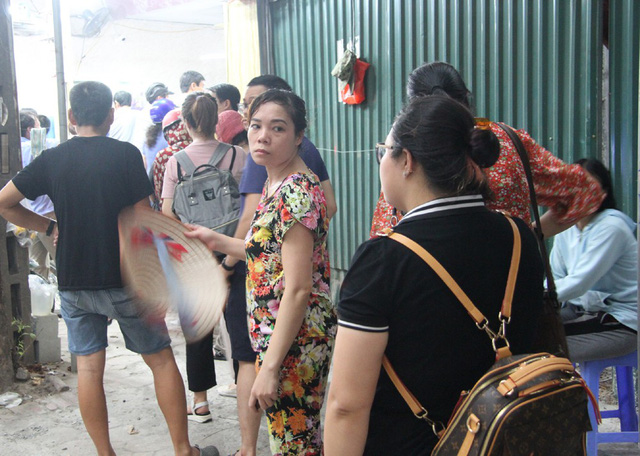 Người Hà Nội lại xếp hàng từ sáng đến đêm để... mua bánh trung thu - Ảnh 3.
