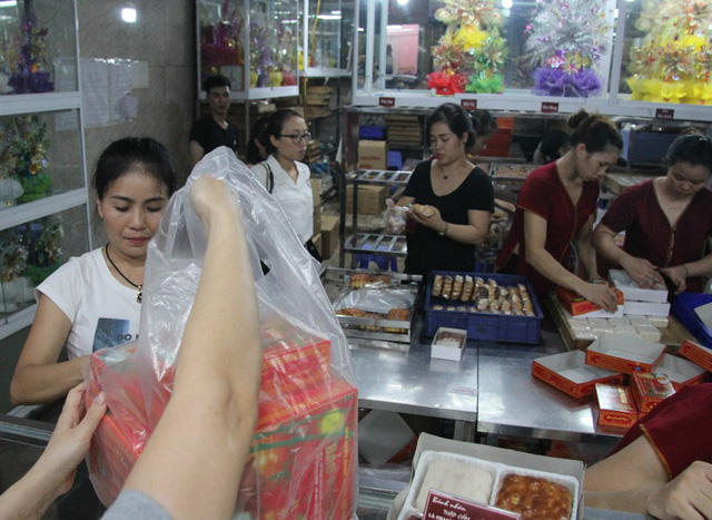Người Hà Nội lại xếp hàng từ sáng đến đêm để... mua bánh trung thu - Ảnh 8.