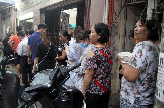 Người Hà Nội lại xếp hàng từ sáng đến đêm để... mua bánh trung thu - Ảnh 4.