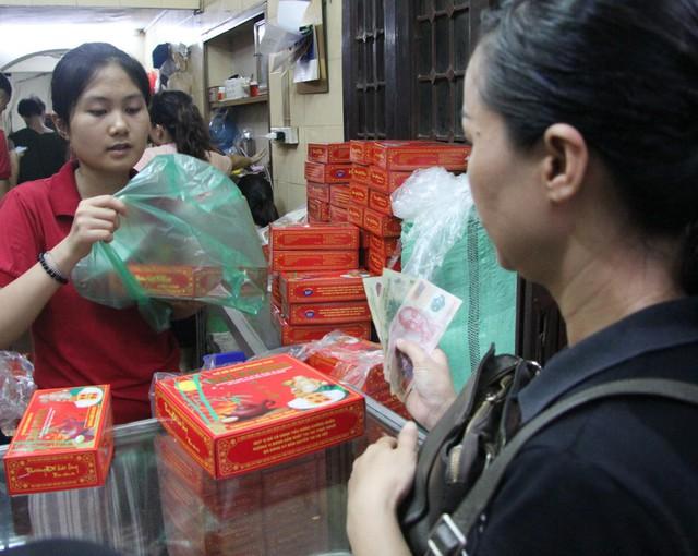 Người Hà Nội lại xếp hàng từ sáng đến đêm để... mua bánh trung thu - Ảnh 10.
