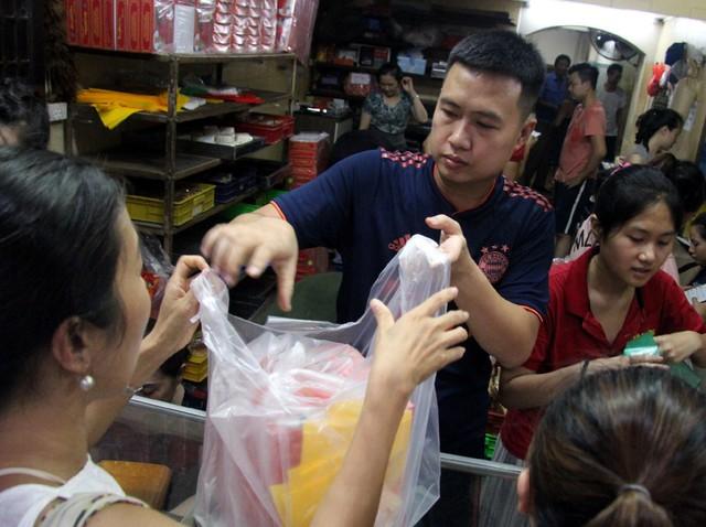 Người Hà Nội lại xếp hàng từ sáng đến đêm để... mua bánh trung thu - Ảnh 11.