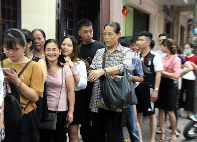 Người Hà Nội lại xếp hàng từ sáng đến đêm để... mua bánh trung thu - Ảnh 5.
