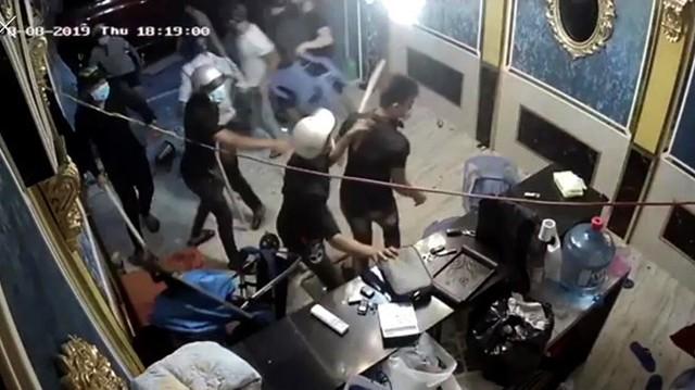 Vụ giang hồ đập phá nhà hàng ở Sài Gòn: Khởi tố thêm kẻ kéo đàn em đi đập phá - Ảnh 1.