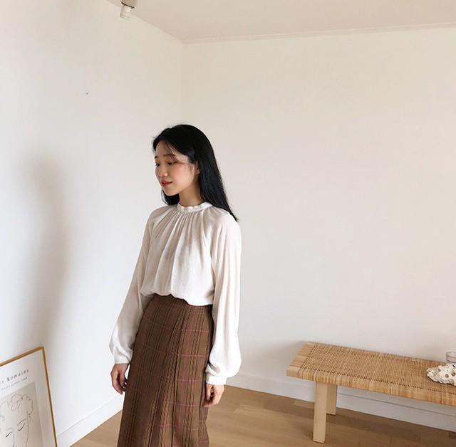 Chiếc áo cộng thêm vài phần sang chảnh cho các chị em công sở hóa ra cực dễ mix đồ  - Ảnh 2.