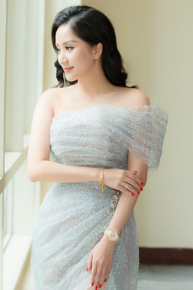Khánh Thi chỉ cần xinh đẹp thôi, việc chỉnh váy đã có con trai lo - Ảnh 1.