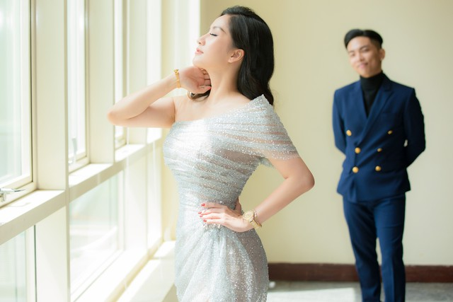 Khánh Thi chỉ cần xinh đẹp thôi, việc chỉnh váy đã có con trai lo - Ảnh 2.