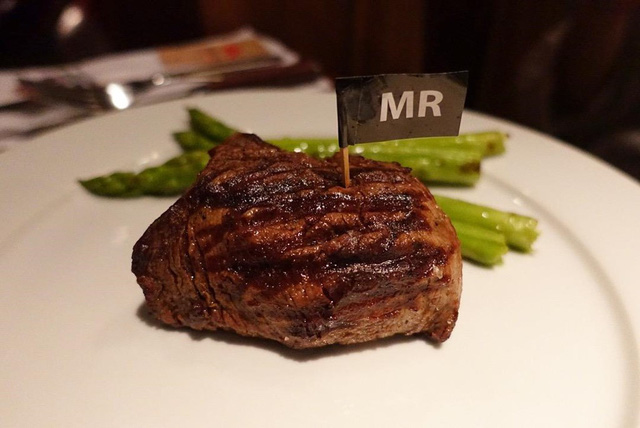 5 nhà hàng steak đắt xắt ra miếng nổi tiếng ở Hà Nội - Ảnh 3.