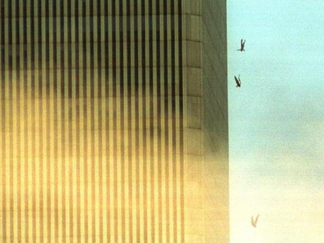 Đã 18 năm kể từ khi vụ khủng bố 11/9 đoạt mạng hàng nghìn người Mỹ, bức ảnh người đàn ông rơi vẫn không ngừng gây ám ảnh - Ảnh 3.