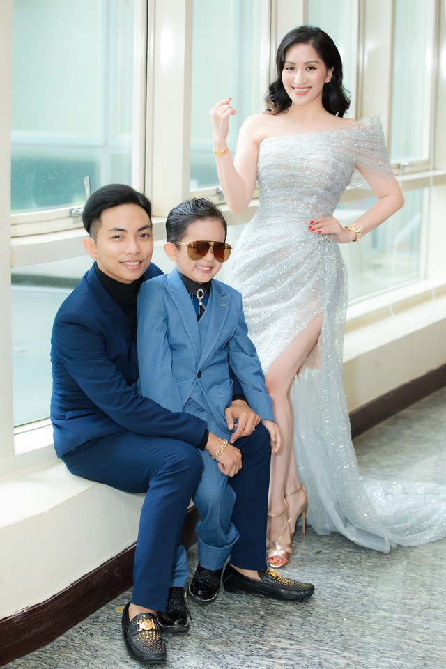 Khánh Thi chỉ cần xinh đẹp thôi, việc chỉnh váy đã có con trai lo - Ảnh 3.