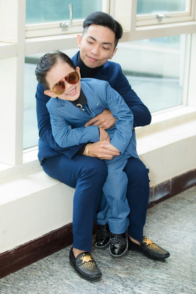 Khánh Thi chỉ cần xinh đẹp thôi, việc chỉnh váy đã có con trai lo - Ảnh 4.