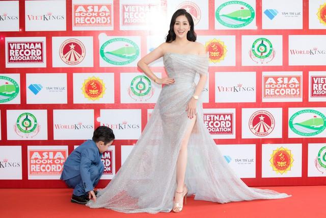 Khánh Thi chỉ cần xinh đẹp thôi, việc chỉnh váy đã có con trai lo - Ảnh 5.