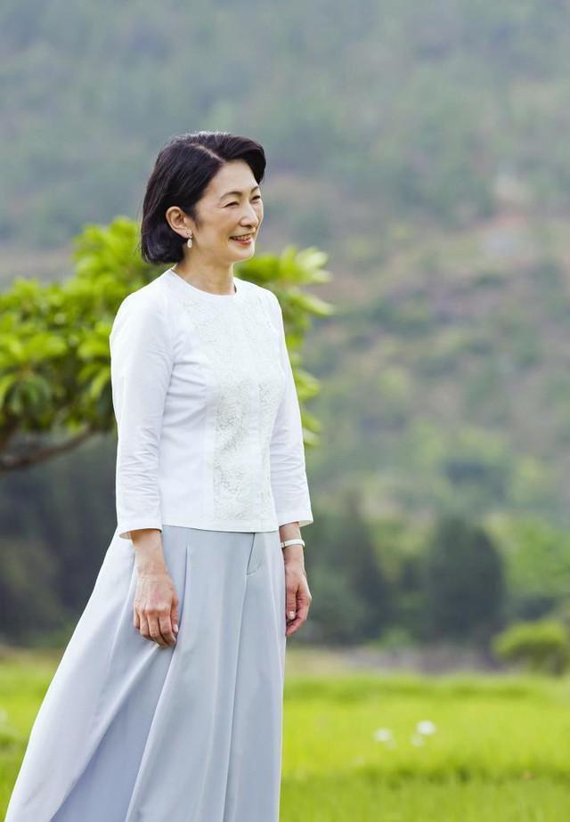 Thái tử phi Nhật Bản đẹp ngỡ ngàng trong bộ ảnh mới và có màn đối đáp khéo hết phần thiên hạ khi nói về chuyện con gái mãi không lấy chồng - Ảnh 6.