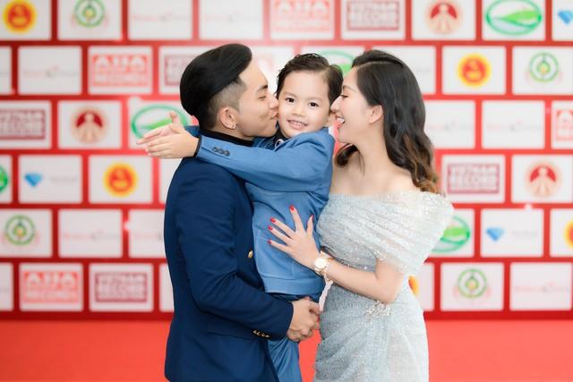 Khánh Thi chỉ cần xinh đẹp thôi, việc chỉnh váy đã có con trai lo - Ảnh 7.