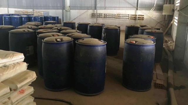 Thuê kho để đá, chủ Trung Quốc chứa gần 300 thùng phi hóa chất chế ma túy  - Ảnh 1.
