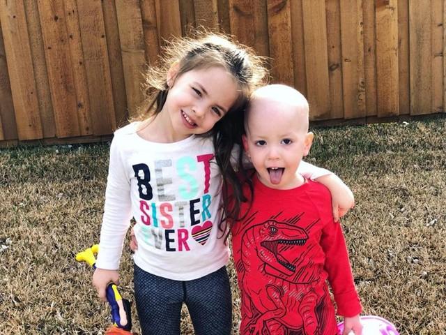 Hình ảnh bé gái 5 tuổi chăm sóc em trai bị ung thư máu lấy đi nước mắt triệu người - Ảnh 2.