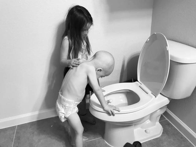 Hình ảnh bé gái 5 tuổi chăm sóc em trai bị ung thư máu lấy đi nước mắt triệu người - Ảnh 3.