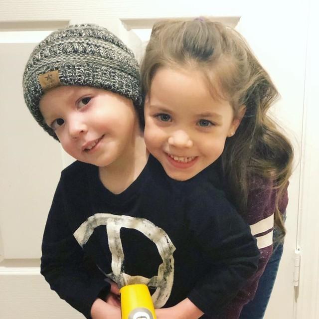 Hình ảnh bé gái 5 tuổi chăm sóc em trai bị ung thư máu lấy đi nước mắt triệu người - Ảnh 4.