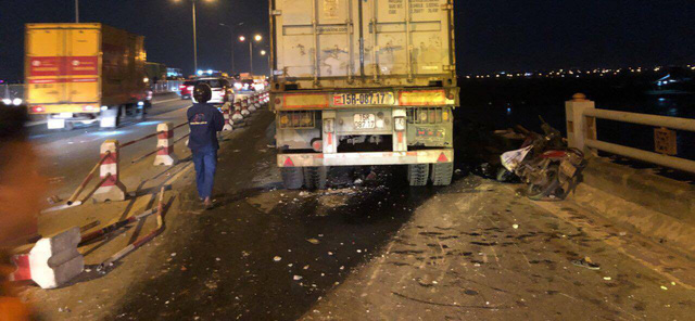 Vụ xe container đâm hàng loạt xe máy trên cầu Thanh Trì: Đã tìm thấy thi thể nạn nhân xấu số - Ảnh 2.