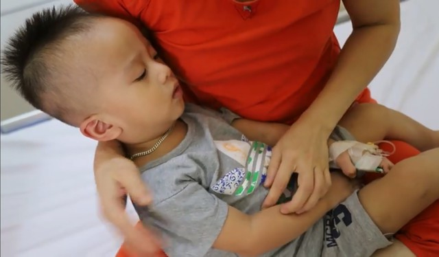 Thắt lòng cảnh bố mẹ mù lòa chăm con trai 19 tháng tuổi bị ung thư võng mạc - Ảnh 1.