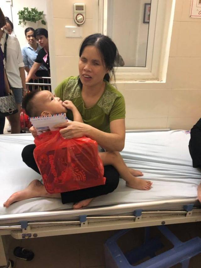 Thắt lòng cảnh bố mẹ mù lòa chăm con trai 19 tháng tuổi bị ung thư võng mạc - Ảnh 3.