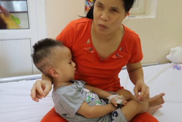 Thắt lòng cảnh bố mẹ mù lòa chăm con trai 19 tháng tuổi bị ung thư võng mạc - Ảnh 2.