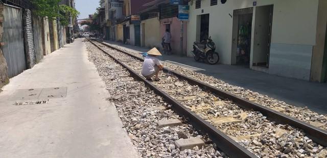 Hải Phòng: Người dân chiếm dụng hành lang, mở lối đi qua đường sắt - Ảnh 2.