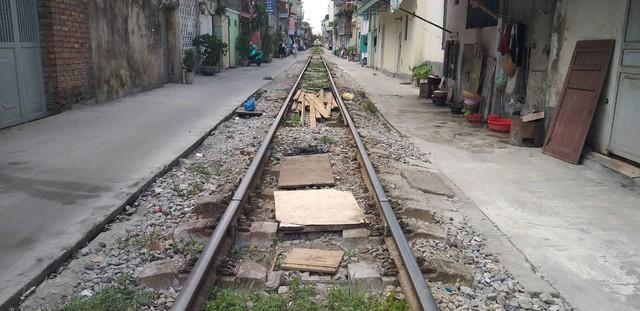 Hải Phòng: Người dân chiếm dụng hành lang, mở lối đi qua đường sắt - Ảnh 5.