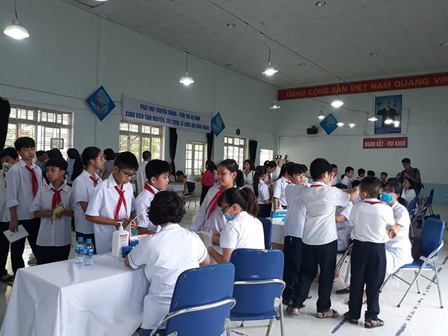 Khám sức khỏe miễn phí cho gần 2.000 học sinh sau vụ cháy Công ty Rạng Đông - Ảnh 1.
