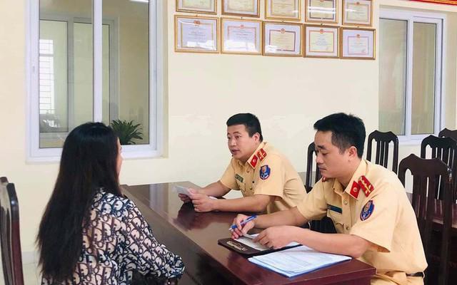 CSGT Hà Nội phạt tiền, tước bằng lái của người cản trở đoàn xe ưu tiên - Ảnh 1.