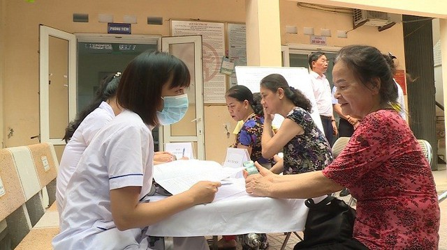Gần 1.000 người dân quanh vụ cháy Rạng Đông xin lên bệnh viện khám, điều trị  - Ảnh 1.