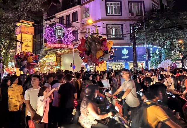 Hà Nội: Dân đổ lên phố cổ đêm Trung thu vui chơi và ngao ngán lắc đầu nhìn đâu cũng thấy người - Ảnh 6.