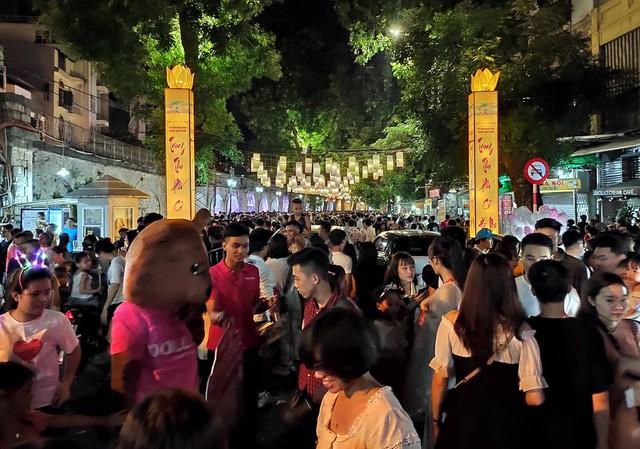 Hà Nội: Dân đổ lên phố cổ đêm Trung thu vui chơi và ngao ngán lắc đầu nhìn đâu cũng thấy người - Ảnh 16.