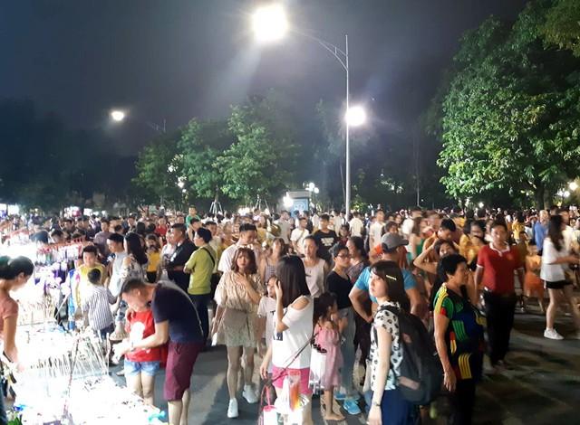 Hà Nội: Dân đổ lên phố cổ đêm Trung thu vui chơi và ngao ngán lắc đầu nhìn đâu cũng thấy người - Ảnh 1.