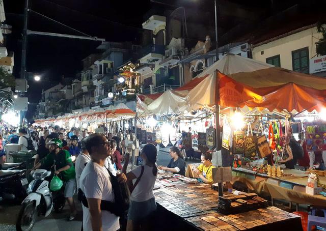 Hà Nội: Dân đổ lên phố cổ đêm Trung thu vui chơi và ngao ngán lắc đầu nhìn đâu cũng thấy người - Ảnh 4.