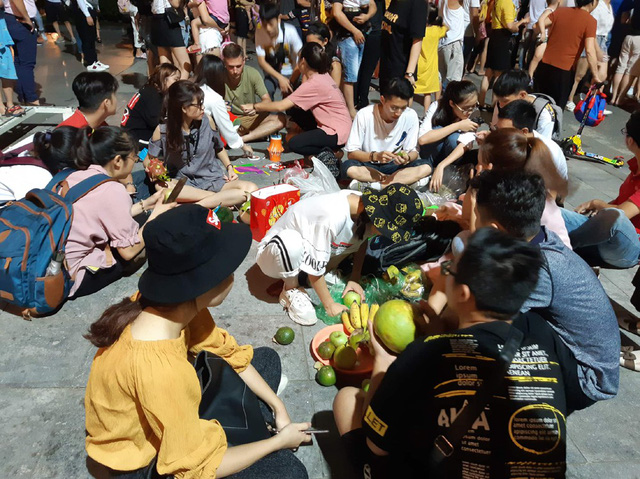 Hà Nội: Dân đổ lên phố cổ đêm Trung thu vui chơi và ngao ngán lắc đầu nhìn đâu cũng thấy người - Ảnh 3.