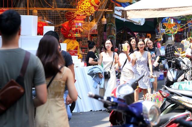 Sợ cảnh chen chúc kinh hoàng đêm Trung thu, cả nghìn người đội nắng chói chang kéo đến phố Hàng Mã đi chơi sớm - Ảnh 2.