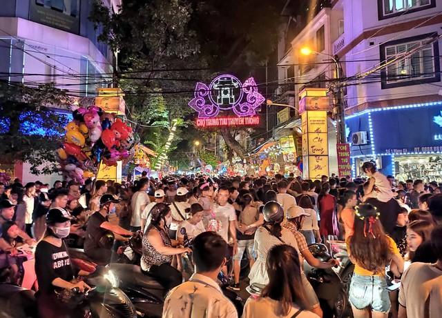Hà Nội: Dân đổ lên phố cổ đêm Trung thu vui chơi và ngao ngán lắc đầu nhìn đâu cũng thấy người - Ảnh 9.