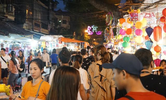 Hà Nội: Dân đổ lên phố cổ đêm Trung thu vui chơi và ngao ngán lắc đầu nhìn đâu cũng thấy người - Ảnh 10.