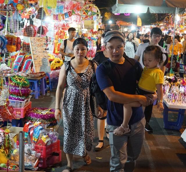 Hà Nội: Dân đổ lên phố cổ đêm Trung thu vui chơi và ngao ngán lắc đầu nhìn đâu cũng thấy người - Ảnh 11.