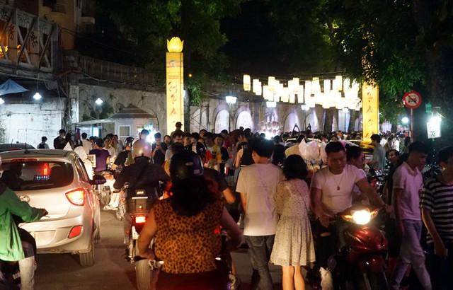 Hà Nội: Dân đổ lên phố cổ đêm Trung thu vui chơi và ngao ngán lắc đầu nhìn đâu cũng thấy người - Ảnh 17.