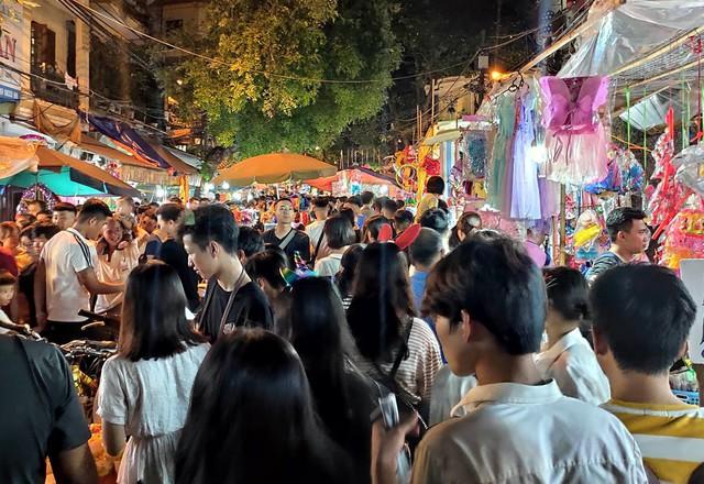 Hà Nội: Dân đổ lên phố cổ đêm Trung thu vui chơi và ngao ngán lắc đầu nhìn đâu cũng thấy người - Ảnh 12.
