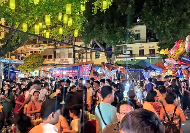Hà Nội: Dân đổ lên phố cổ đêm Trung thu vui chơi và ngao ngán lắc đầu nhìn đâu cũng thấy người - Ảnh 5.