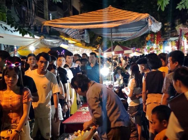 Hà Nội: Dân đổ lên phố cổ đêm Trung thu vui chơi và ngao ngán lắc đầu nhìn đâu cũng thấy người - Ảnh 13.