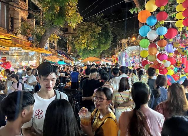 Hà Nội: Dân đổ lên phố cổ đêm Trung thu vui chơi và ngao ngán lắc đầu nhìn đâu cũng thấy người - Ảnh 14.