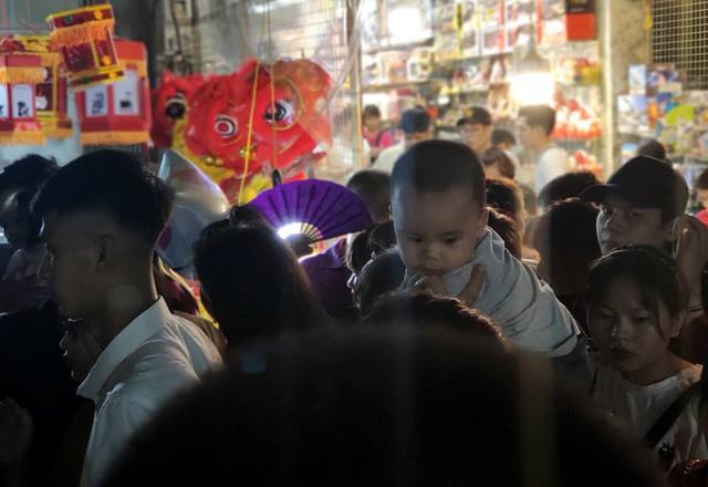 Hà Nội: Dân đổ lên phố cổ đêm Trung thu vui chơi và ngao ngán lắc đầu nhìn đâu cũng thấy người - Ảnh 15.