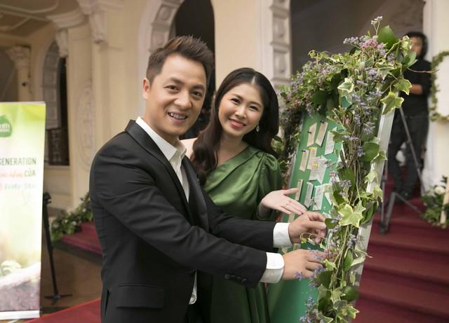 Bụng bầu 9 tháng vợ Hoàng Bách vẫn một mình đi sự kiện - Ảnh 2.