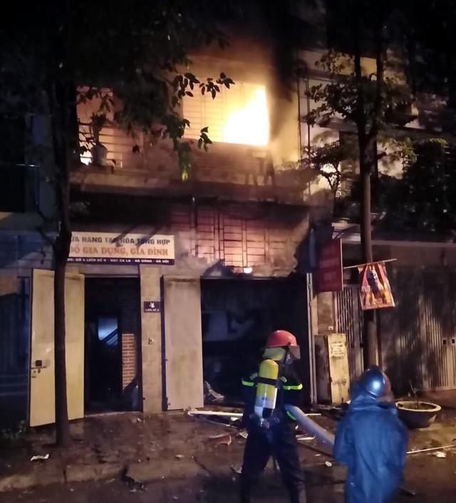 Hà Nội: 4 người chạy thoát ra ngoài trong căn nhà đang bốc cháy ngùn ngụt đêm Trung thu - Ảnh 1.