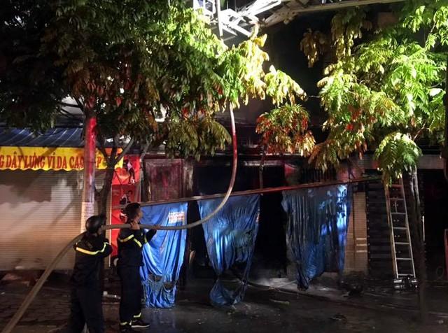 Hà Nội: 4 người chạy thoát ra ngoài trong căn nhà đang bốc cháy ngùn ngụt đêm Trung thu - Ảnh 2.