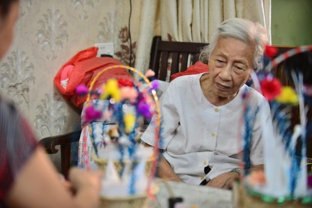 Ngây ngất dàn thiên nga bông giữa phố Cổ của cụ bà 91 tuổi - Ảnh 6.